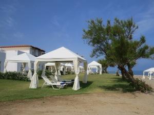 Blick vom Strand zum Resort