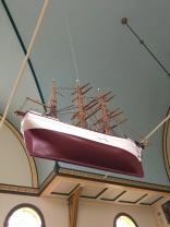 Segelschiff in der Sandavags Kirkja, Vagar