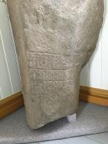 Stein mit der Sprache der Runen in der Kirche