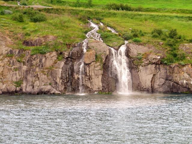 Ein Wasserfall von vielen im Norden Islands