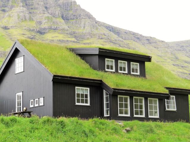 Haus mit Grasdach auf der Insel Vagar