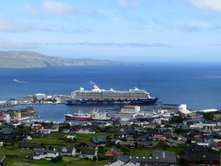 Die Mein Schiff 4 im Hafen von Torshavn
